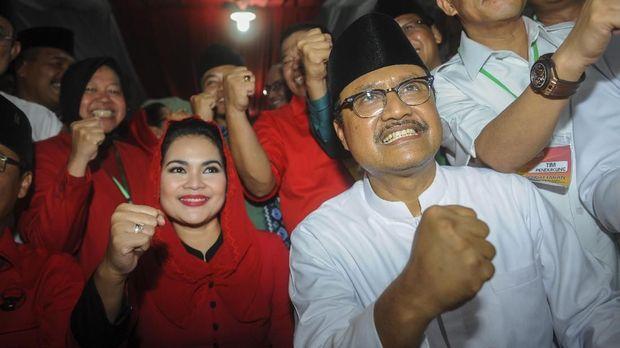Pasangan calon Gubernur-Wakil Gubernur Jawa Timur Saifullah Yusuf (kanan)-Puti Guntur Soekarno (kedua kiri), Surabaya, Rabu (10/1).