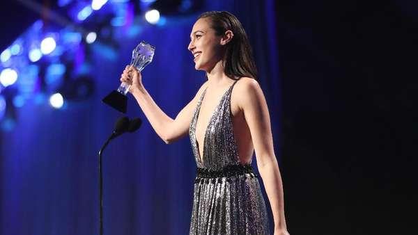 Gal Gadot Tampil Stunning di Critics Choice Awards