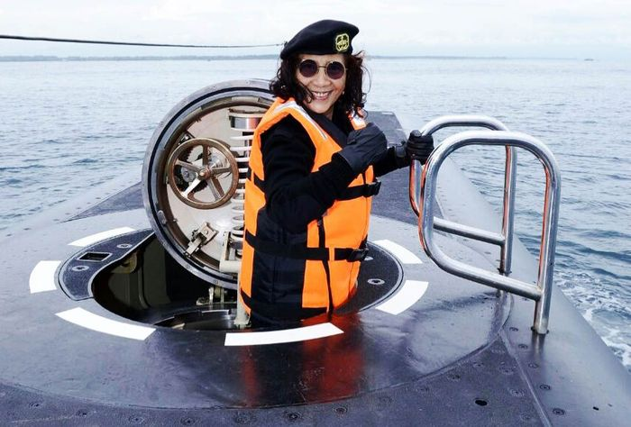Dalam postingan akun instagram resminya di @Susipudjiastuti115, Susi memamerkan sejumlah gayanya saat pertama kali menjajal kapal selam baru milik TNI AL saat pengukuhan KRI I Gusti Ngurah Rai-332 di Pelabuhan Benoa, Denpasar, Bali, Rabu (10/1) lalu. Istimewa/IG @susipudjiastuti115.