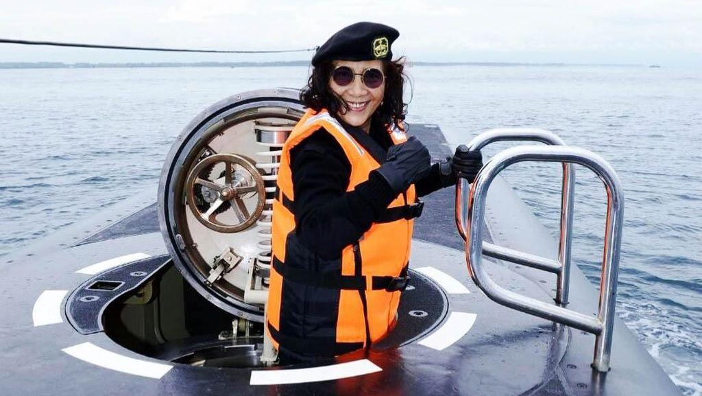 Bahagianya Susi Jajal Kapal Selam Baru TNI AL