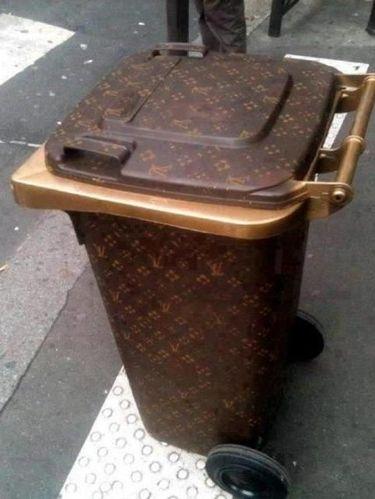 Mewah, Kim Kardashian Buang Sampah di Tong Louis Vuitton