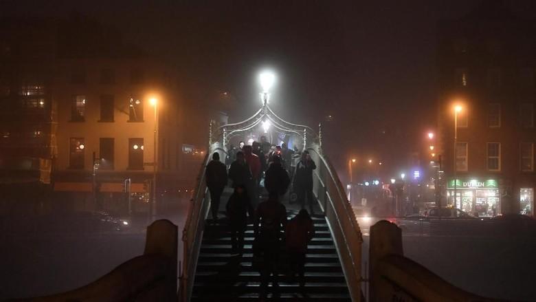 Foto: Kabut Pekat Hasil Polusi Menyelimuti Dublin