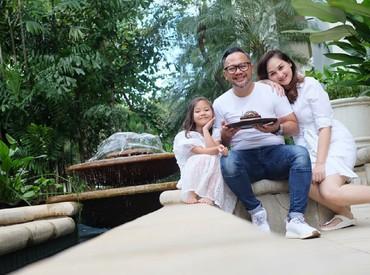 Mona Ratuliu dan sang suami emang terkenal karena gaya parentingnya yang keren, Bun. (Foto: Instagram/monaratuliu)