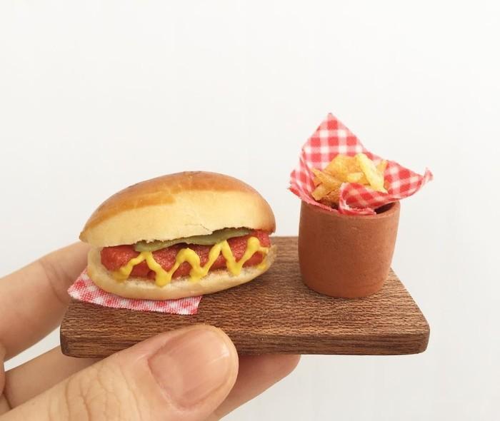 Mini ini hot dog dan kentang goreng. Hot dognya berisi sosis, pickles, dan krim mustard. Kentangnya diiris tipis lalau digoreng. Ya, ini bisa Anda makan! Foto: Instagram Mini Yemek