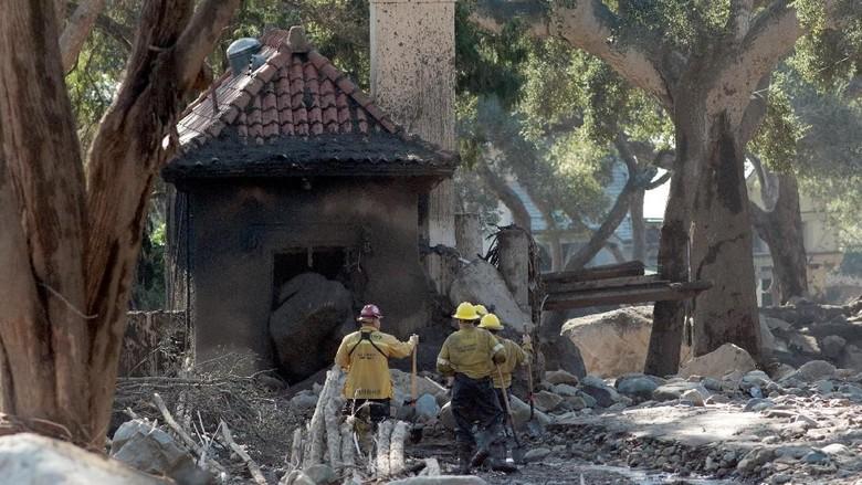 Foto: Pencarian Korban Longsor California di Bawah Reruntuhan