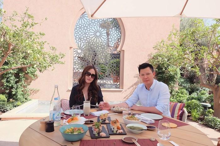 Berkunjung ke Maroko, Shandy Aulia dan sang suami terlihat sedang mencicip makanan enak. Ditambah dengan suasana outdoor yang cerah. Foto: Instagram shandyaulia