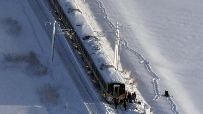 Penampakan Salju Tebal yang Bikin Kereta Terjebak di Niigata