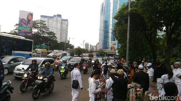 Massa meninggalkan lokasi demo