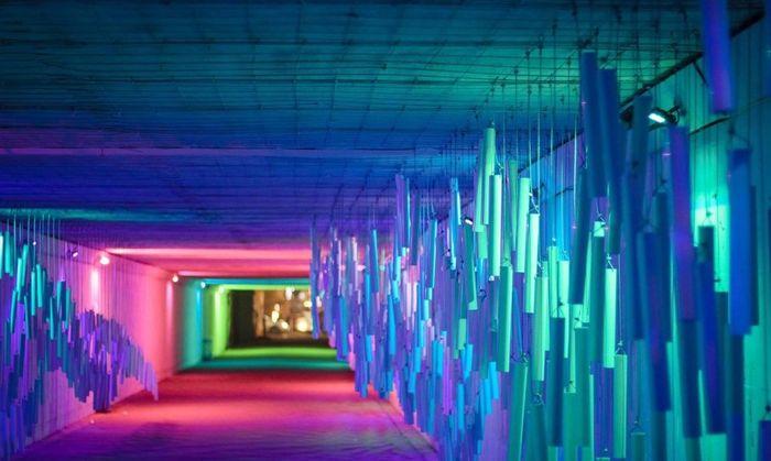 Ada pula pipa PVC yang digantung di dekat dinding terowongannya. Pipa tersebut menghasilkan gelombang suara tertentu yang bisa didengarkan pengujung. Istimewa/Inhabitat.