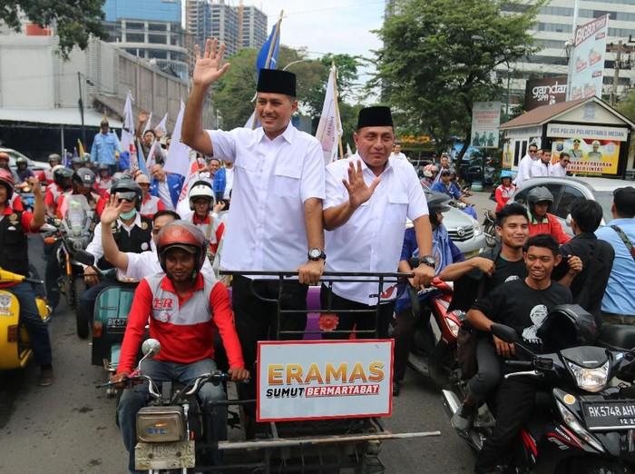 Bakal calon gubernur Sumatera Utara Edy Rahmayadi (kanan) bersama bakal calon wakil gubernur Musa Rajeckshah (kiri) naik becak saat akan mendaftar ke KPU Sumut, di Medan, Sumatera Utara, Senin (8/1). Edy Rahmayadi - Musa Rajeckshah (ERAMAS) yang diusung Partai Gerindra, PKS, PAN, Partai Golkar, NasDem dan Hanura, mendaftar ke KPU untuk maju dalam Pemilihan Gubernur-Wakil Gubernur Sumut periode 2018 - 2023. ANTARA FOTO/Irsan Mulyadi/ama/18.