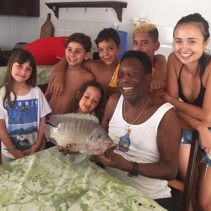 Pele, sang legenda hidup dunia dari Brasil. Di usianya yang memasuki 77 tahun, ia masih tetap berolahraga. Salah satu kegemarannya ialah memancing. Dua hal yang paling saya cintai: pergi memancing dan bersama anak-anak, tulisnya di akun Instagramnya. (Foto: Instagram/@pele)