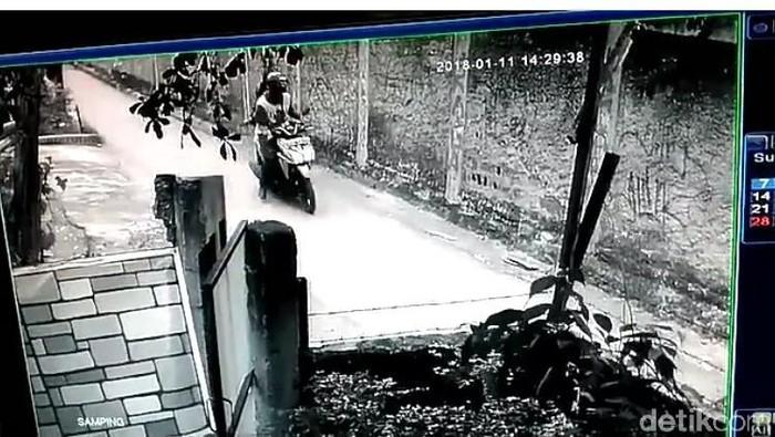 Foto: Aksi pelecehan seksual oleh pemotor di Depok terekam CCTV. (Istimewa)
