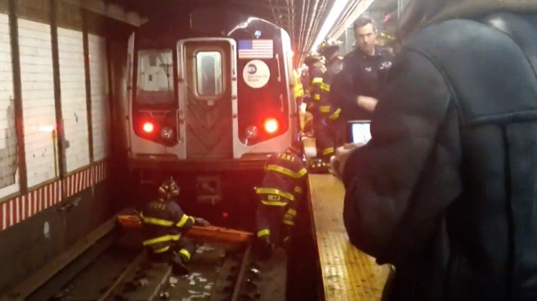 Pingsan dan Jatuh ke Rel Saat Kereta Mendekat, Wanita AS Selamat