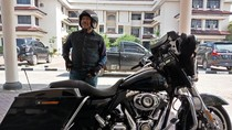 Foto: Ini Gaya Nyentrik Plt Wali Kota Cilegon Ngantor Naik Harley
