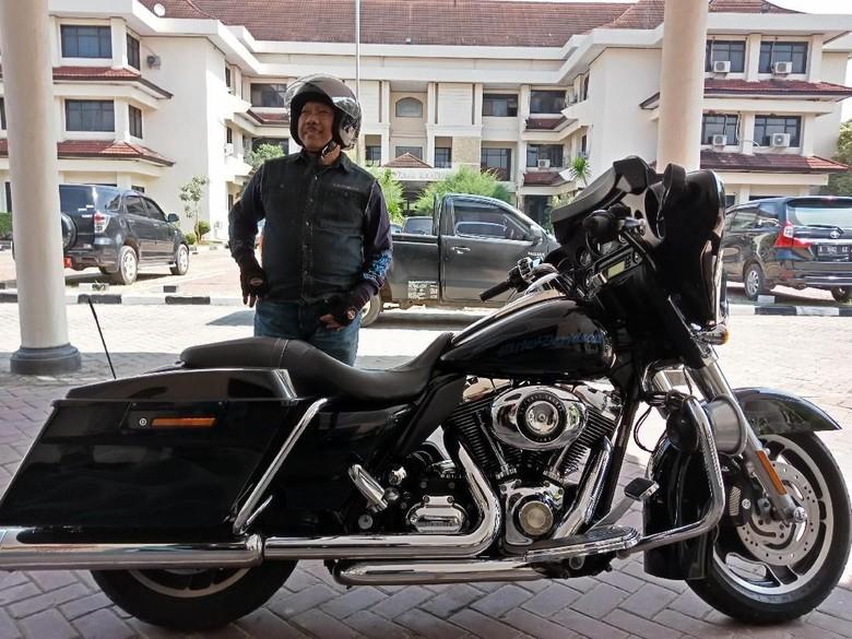 Sosok Plt Wali Kota Cilegon Nyentrik yang Ngantor Naik Harley