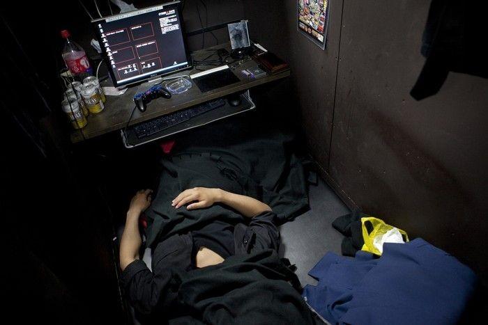 Orang Jepang tinggal di warnet. Foto: istimewa