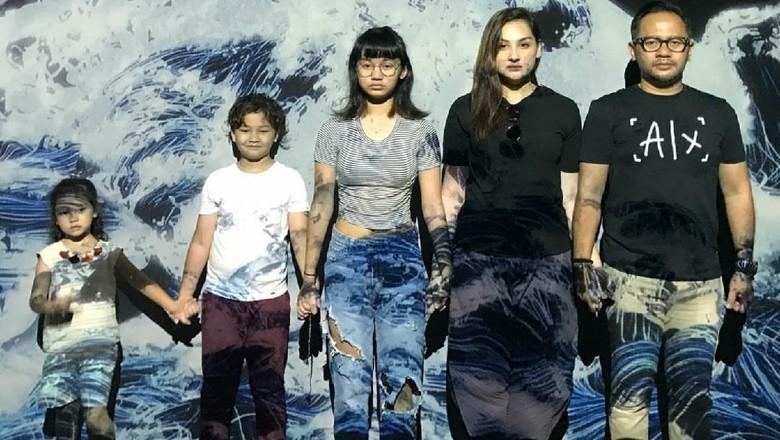 Liburan ke Bali, Mona Ratuliu dan Anak-anak Sibuk Belajar Surfing
