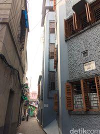 Pintu Motherhouse yang ada di gang sempit Kota Kolkata