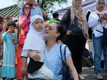 Mona Ratuliu dan suaminya juga nggak pernah ketinggalan untuk datang ke acara anaknya di sekolah lho. (Foto: Instagram/monaratuliu)