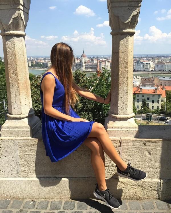 Namun tidak melulu sepak bola, Karolina juga sempat liburan ke Hungaria pada tahun 2015 lalu. Bahkan ia terlihat difoto mengenakan dress biru berlatar Ibukota Budapest di Hungaria (bojarmeow/Instagram)