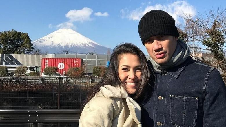 Kejutan Lucu Mieke Amalia untuk Tora Sudiro di Ultah Pernikahan/ Foto: Tora Sudiro dan Mieke Amalia (Instagram)