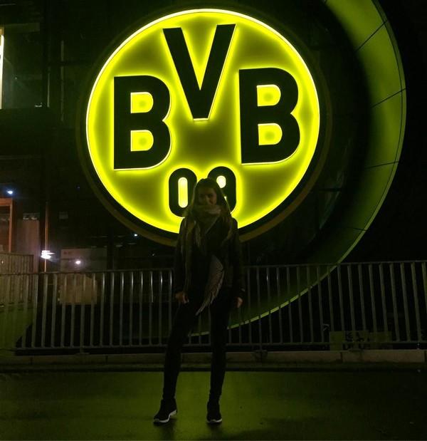 Selain ke Belanda, Karolina juga sempat liburan ke kandang Borussia Dortmund BVB di Jerman. Bahkan Karolina sempat berfoto di depan logo kesebelannya yang ikonik (bojarmeow/Instagram)