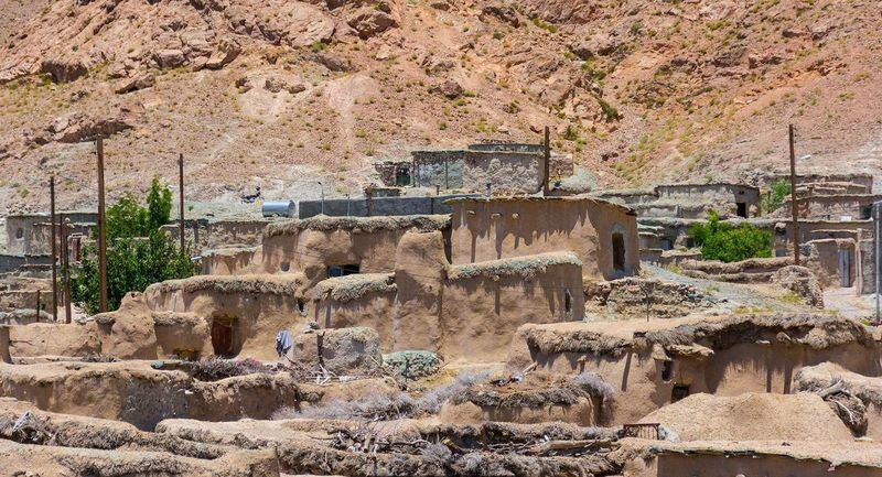 Sekitar 100 tahun lalu Desa Makhunik masih ditempati oleh penghuninya. Konon kabarnya, orang-orang yang tinggal di sana hanya memiliki tinggi kurang lebih 1 meter, seperti liliput atau kurcaci (Mohammad M. Rashed/BBC)