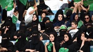 Pertama Kali, Perempuan Arab Saudi Boleh Tonton Sepak Bola di Stadion