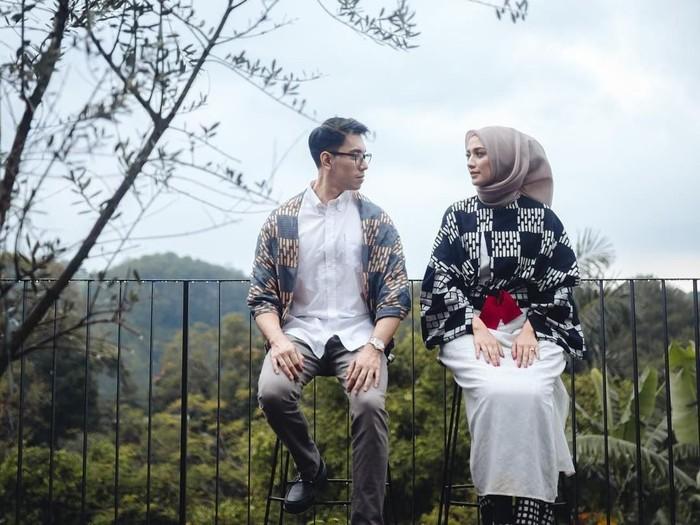 5 Inspirasi Gaya Hijab Simpel Untuk Foto Prewedding