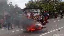 Motor Pelajar di Jombang Ini Hangus Usai Tabrak Mobil