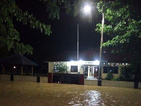 Banjir rendam ratusan rumah di empat desa.