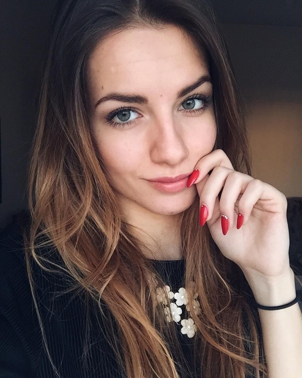 Sosoknya pun kerap menjadi perhatian karena wajahnya yang cantik rupawan. Karolina pun diketahui gemar memposting foto selfie hingga liburan di medsos pribadinya (bojarmeow/Instagram)