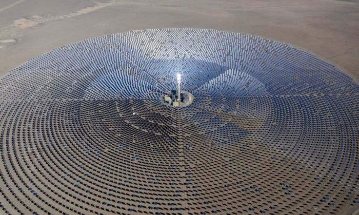 Pembangunan dilakukan oleh perusahaan asal Caifornia Amerika Serikat, SolarReserve. Sementar biaya pembangunan mencapai US$ 650 juta atau sekitar Rp 8,7 triliun. Inhabitat/Istimewa.
