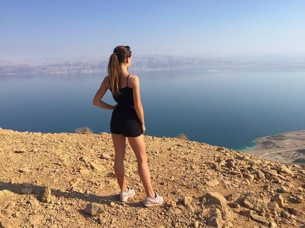 Selain liburan ke luar negeri, Karolina juga suka liburan ke dalam negeri. Masih seputar pantai, ini foto Karolina di pantai daerah Ujscie Darlowskie (bojarmeow/Instagram)