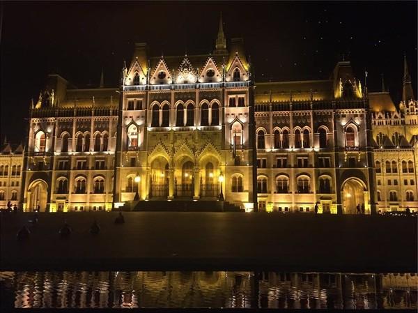 Tidak kalah dengan Paris, Ibukota Budapest di Hungaria juga disebut sangat romantis. Ini potret Gedung Parlemen Hungaria yang difoto oleh Karolina (bojarmeow/Instagram)