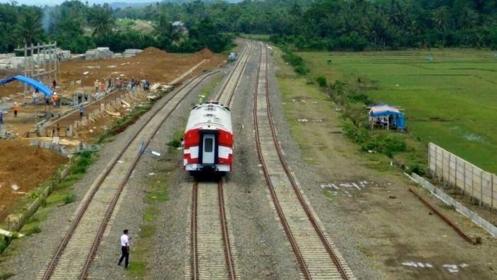 Pemerintah sedang membangun proyek kereta Trans Sulawesi untuk rute Makassar-Parepare. Pembangunan saat ini berfokus pada pembebasan lahan serta konstruksi fisik.