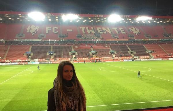 Berprofesi sebagai wasit, liburan Karolina pun tidak jauh-jauh dari urusan sepak bola. Pada bulan Februari 2017 lalu, ia baru saja mampir ke kandang FC Twente di Enschede, Belanda (bojarmeow/Instagram)