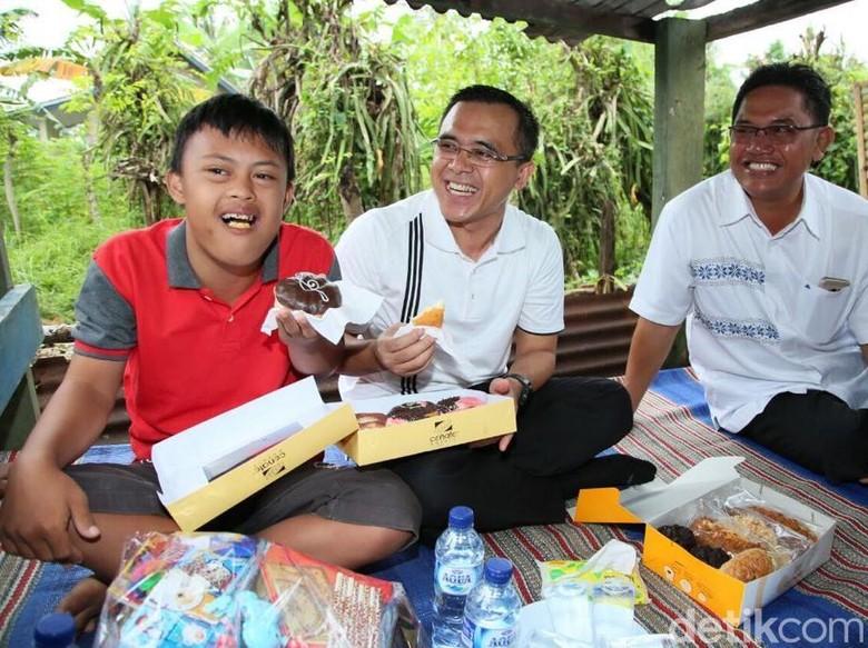 Seperti Ini Kebahagiaan Noval Makan Donat dengan Bupati Anas