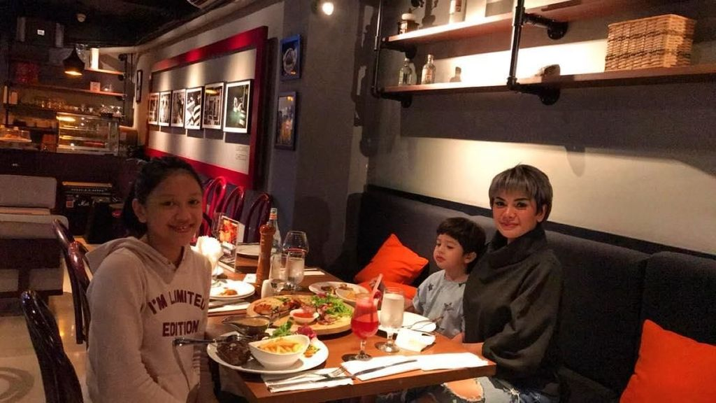 Tak Hanya Pamer Foto Diri, 8 Foto Ini Buktikan Nikita Mirzani Pencinta Makanan