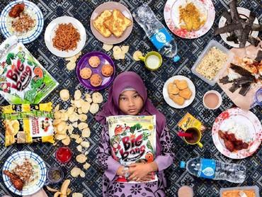 Kalau ini Nur Zarah dari Malaysia. Kreatif ya fotografernya. (Foto: Gregg Segal Via Daily Bread)
