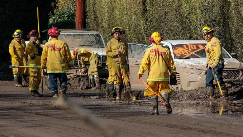 Foto: Kerja Keras Petugas Bersihkan Sisa-sisa Longsor California