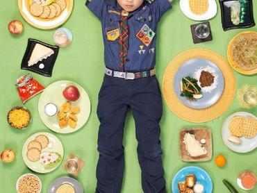 edangkan ini makanan yang dimakan bocah bernama Bradley. Coba tebak kira-kira dari mana ya Bradley berasal kalau dilihat dari makanannya? (Foto: Gregg Segal Via Daily Bread)