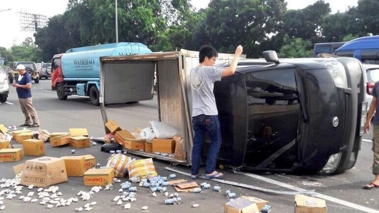 Mobil Box Pembawa Sembako Terguling di Tol Jagorawi