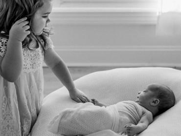 Kakak lagi ngajak adik bayinya ngobrolin apa ya? (Foto: Instagram/ @sarahdiswellphotography)