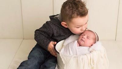 Trik Ini Bisa Dicoba agar Anak Tak Cemburu pada si Adik Bayi