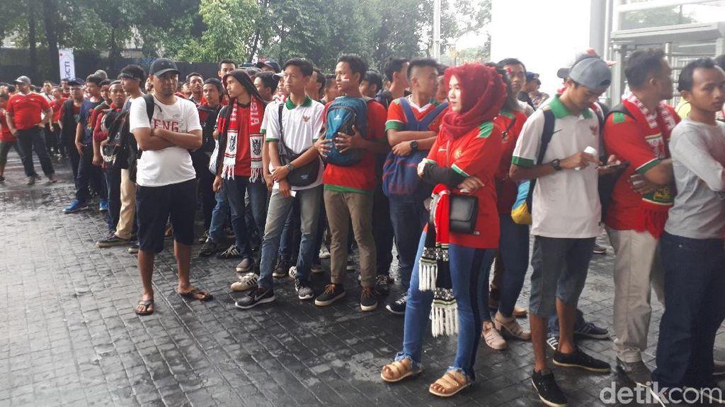 Penonton di Laga Indonesia Vs Islandia Panik dengan Kerusakan Mesin Barcode