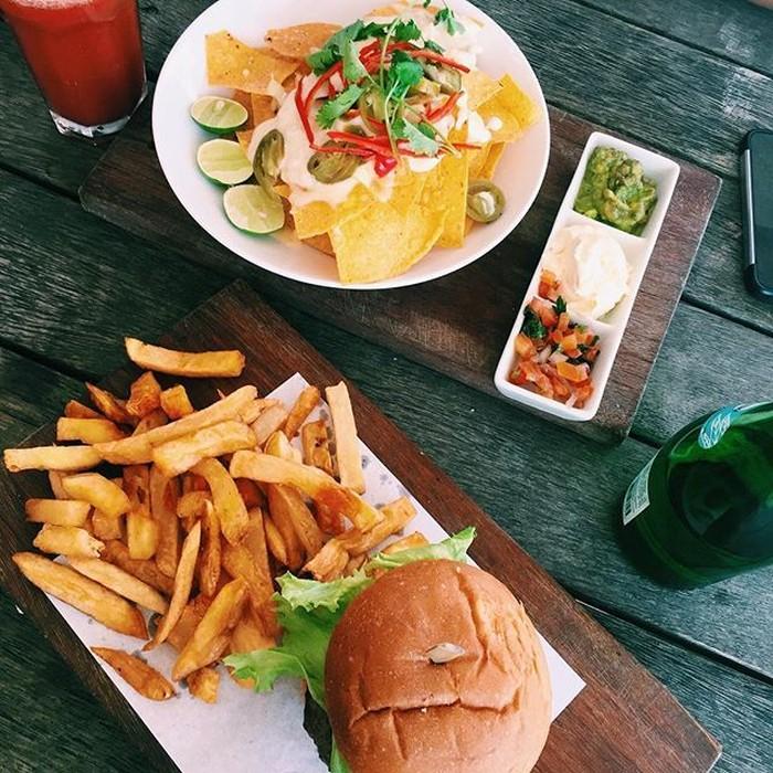 Ini menu makan siang Fitrop. Burger dengan kentang goreng dan sepiring nachos. BIG LUNCH! Diet Starts tumolo!, tulis akun instagram @fitrop. Foto: Instagram Fitri Tropica