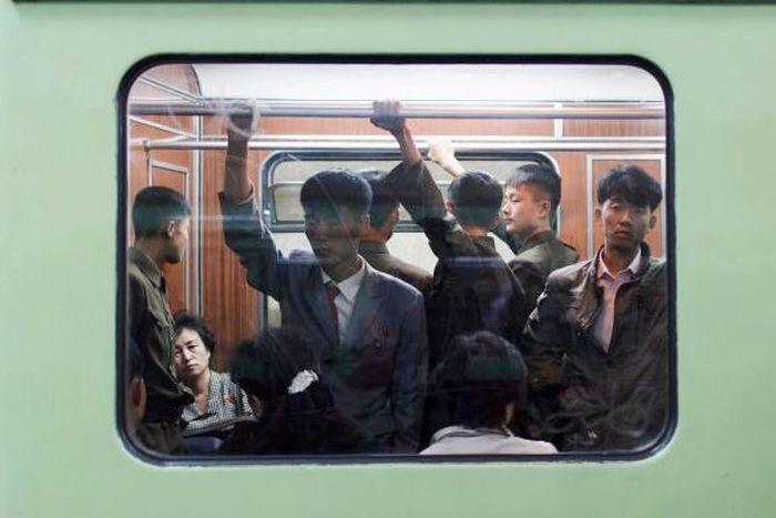 Begini suasana warga Korea Utara yang sedang menumpang di dalam kereat bawah tanah. Istimewa/Elaine Li/CNN.