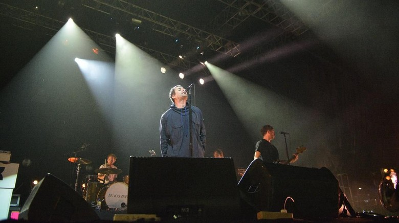 Dua Pelukan Penggemar Garis Keras untuk Liam Gallagher