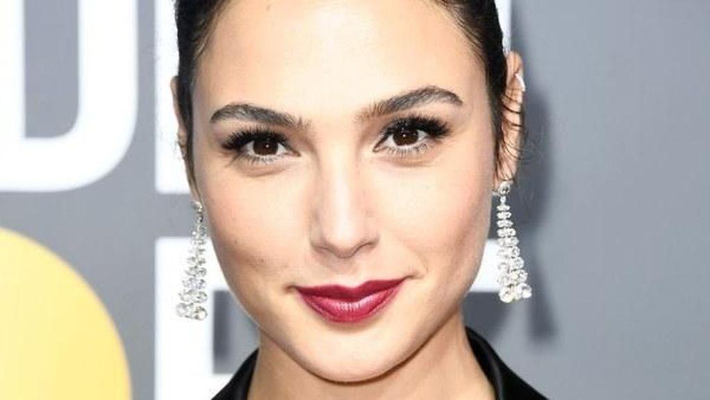 Lipstik Gal Gadot Rp 40 Ribu Vs Margot Robbie Rp 1,4 Juta, Cantik Mana?